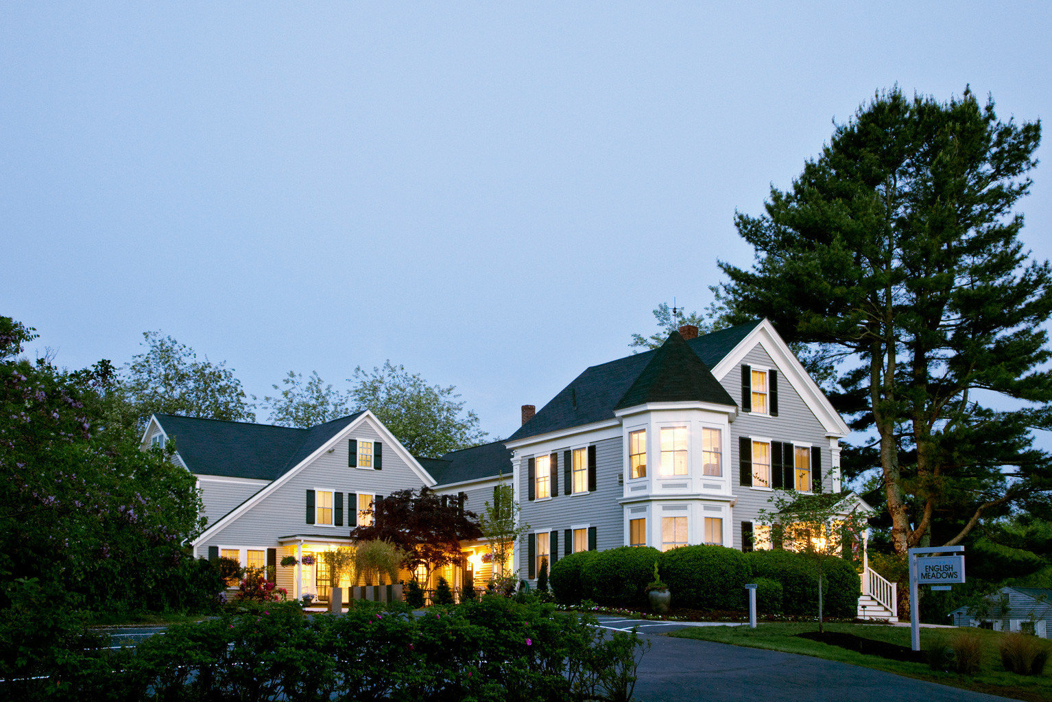 B&B Elegant Exterior Grounds Historic Inn tree sky house home building residential area residential cottage rural area farmhouse mansion château manor house Town sign