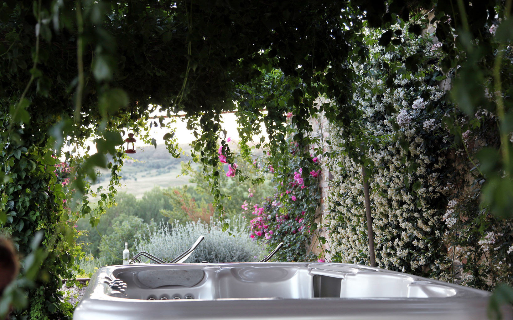 B&B Hot tub Hot tub/Jacuzzi Luxury Romance Romantic tree green Garden flora botany backyard flower swimming pool leaf yard plant woodland