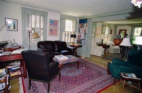 B&B Lounge Romantic property living room cottage home condominium rug Villa