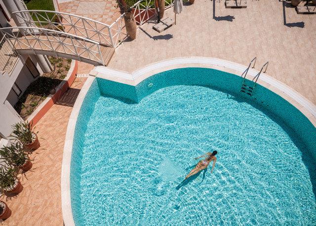 swimming pool green jacuzzi backyard