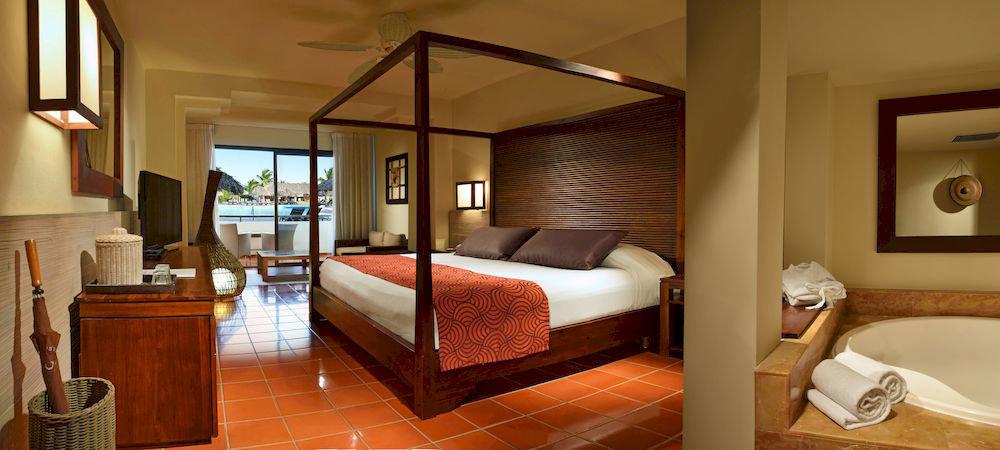 Balcony Bath Bedroom Elegant Luxury Modern Scenic views Suite property hardwood cottage living room Villa Resort