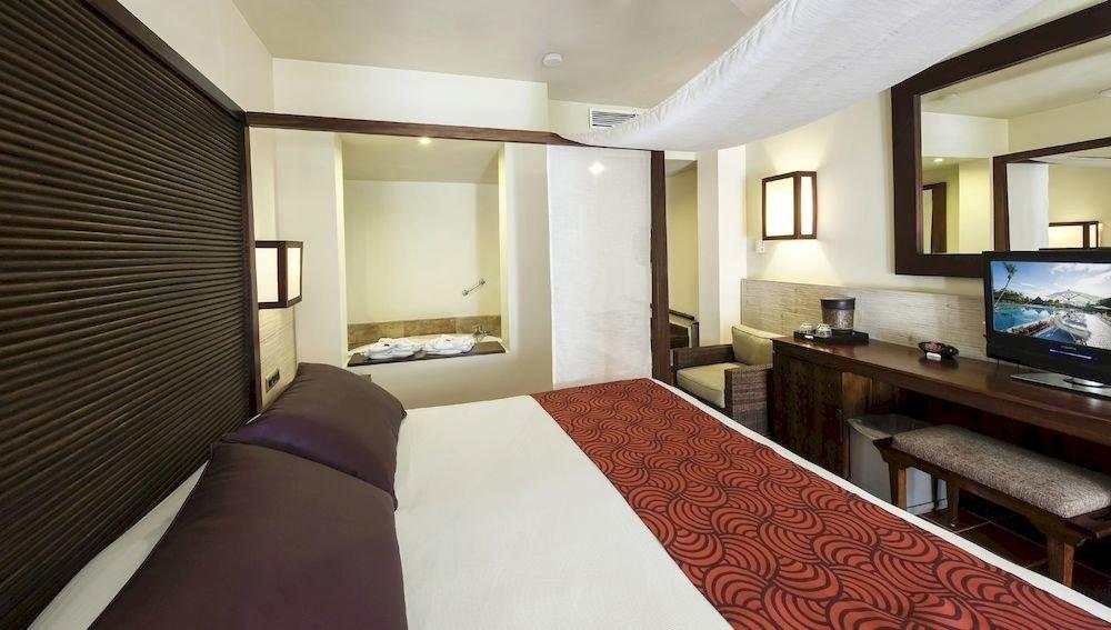 Balcony Bath Bedroom Elegant Luxury Modern Scenic views Suite property condominium cottage Resort