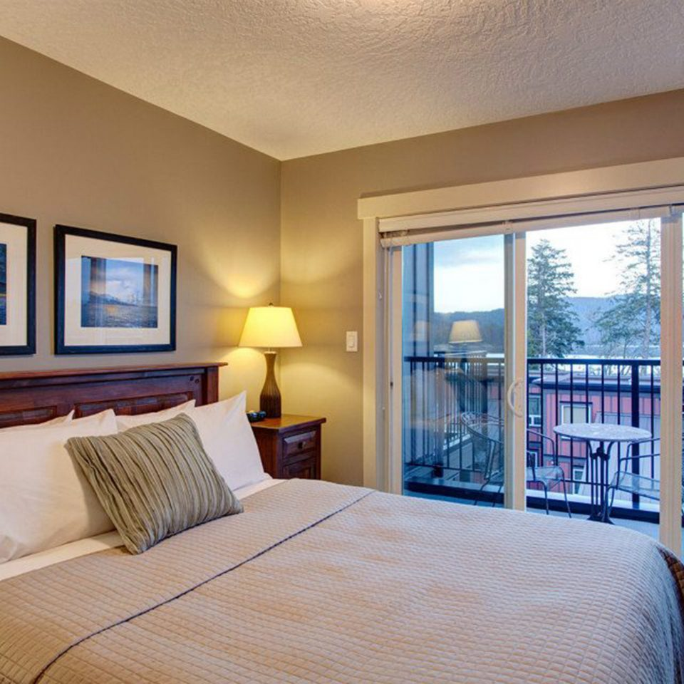 Balcony Bedroom Classic Scenic views property Suite condominium cottage home