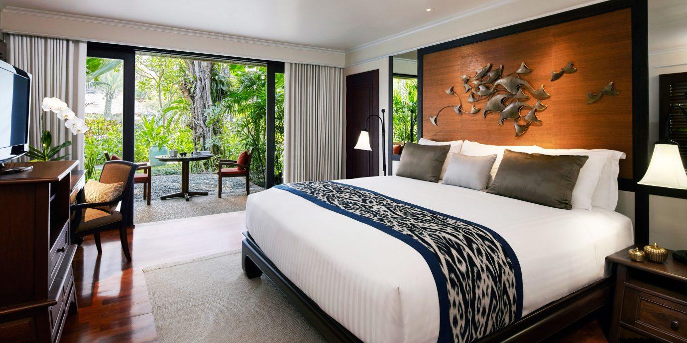 Balcony Bedroom Elegant Luxury Modern Patio Scenic views Suite sofa property home condominium hardwood living room flat