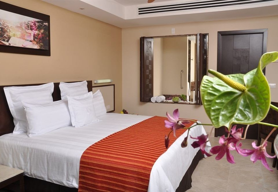Balcony Bedroom Hip Luxury Scenic views Suite property Resort cottage Villa