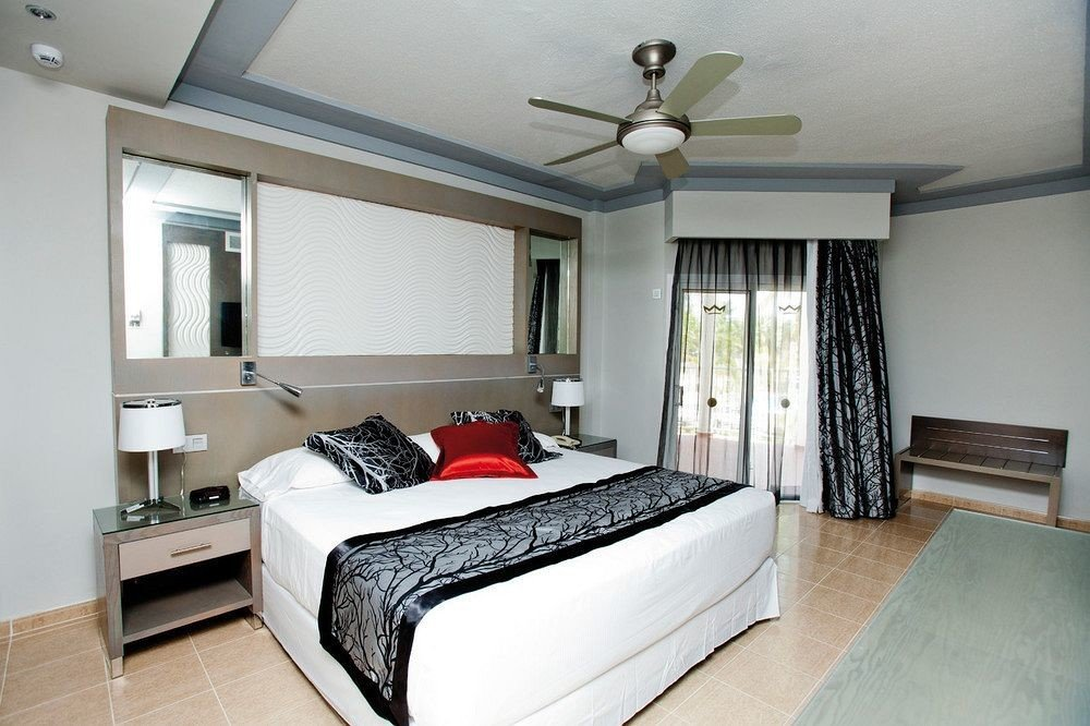 Balcony Bedroom Hip Luxury Scenic views Suite sofa property home cottage bed frame living room condominium Modern
