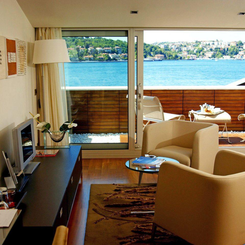 Balcony Bedroom Scenic views Waterfront property living room home condominium Suite Island