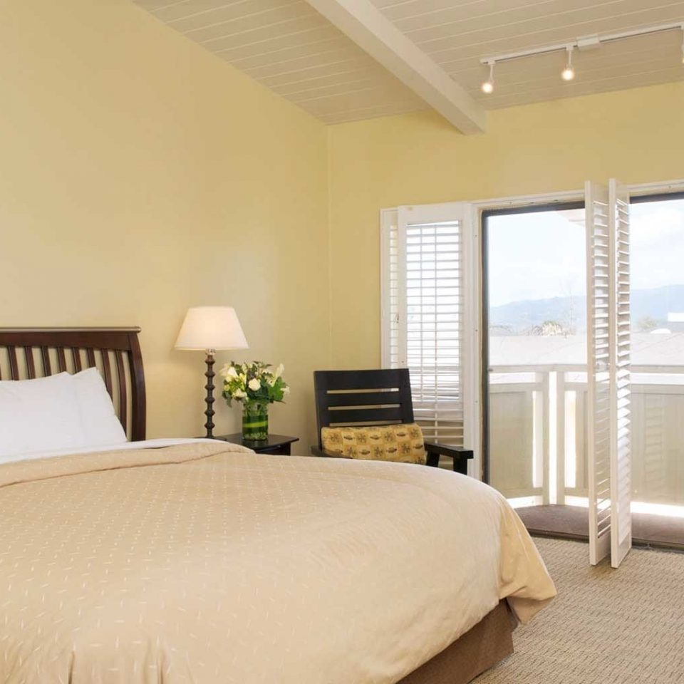 Balcony Bedroom Lodge Modern Scenic views property Suite condominium cottage living room