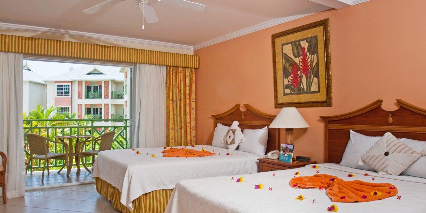 Balcony Bedroom Lounge Scenic views Suite property Resort cottage Villa