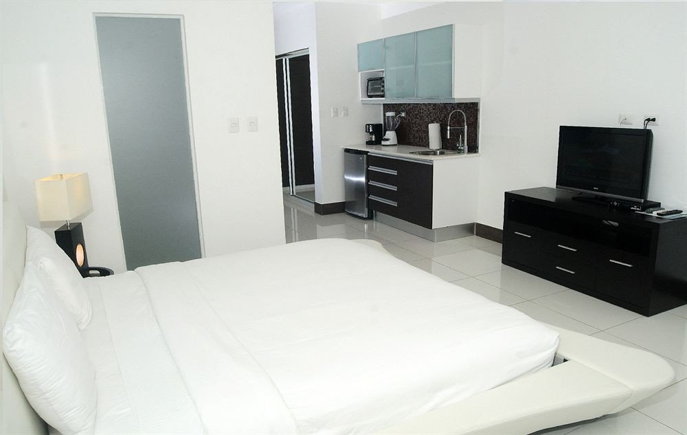 Balcony Bedroom Luxury Modern Scenic views Suite property white living room bed frame pillow cottage condominium