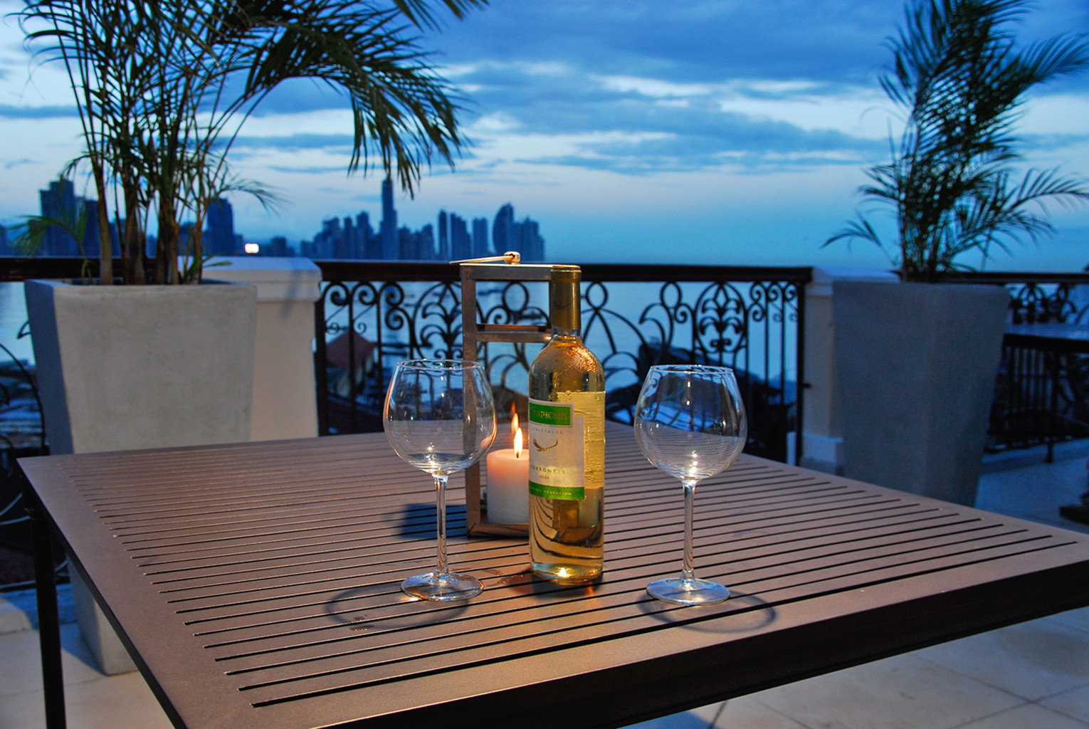 Balcony Boutique Dining Drink Eat Nightlife Scenic views leisure swimming pool property glass Resort home Villa condominium backyard beer
