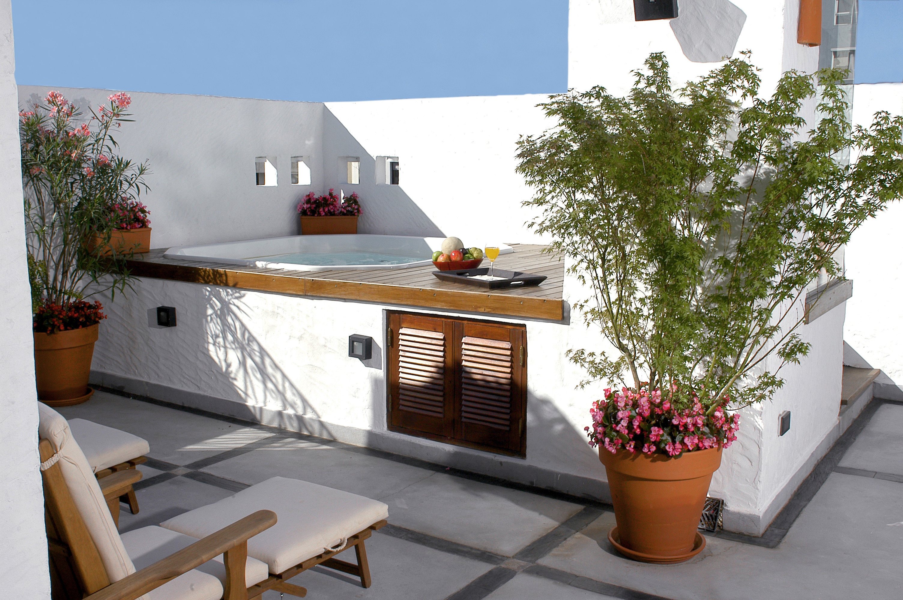 City Classic Cultural Grounds Hot tub/Jacuzzi Terrace tree property house home Villa cottage Balcony outdoor structure backyard living room