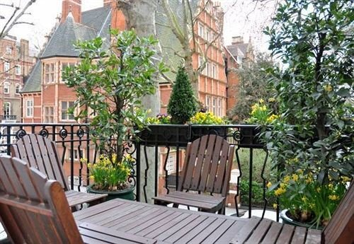 bench tree chair wooden property park porch Balcony outdoor structure cottage Deck home backyard Courtyard empty
