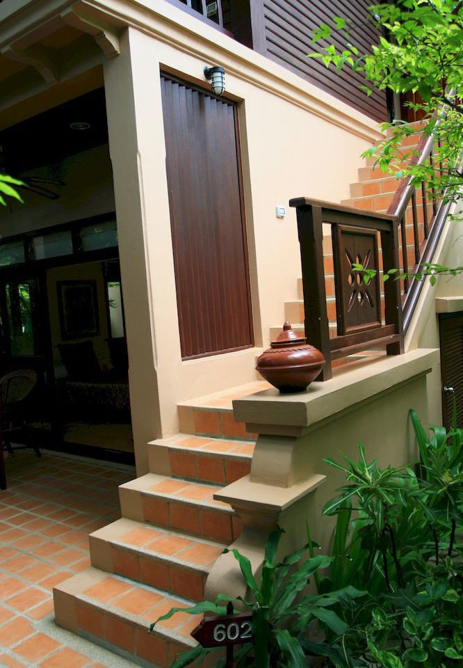 plant house property porch home outdoor structure condominium Balcony backyard stairs Courtyard Deck siding residential area Villa