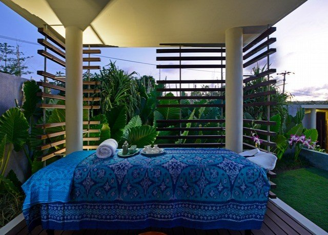 property Resort swimming pool Villa condominium blue cottage home backyard porch mansion hacienda Balcony eco hotel