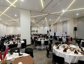 scene function hall conference hall convention center restaurant banquet cluttered