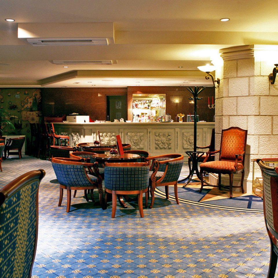 Bar Beachfront Modern Play chair property restaurant Lobby Resort home condominium living room recreation room