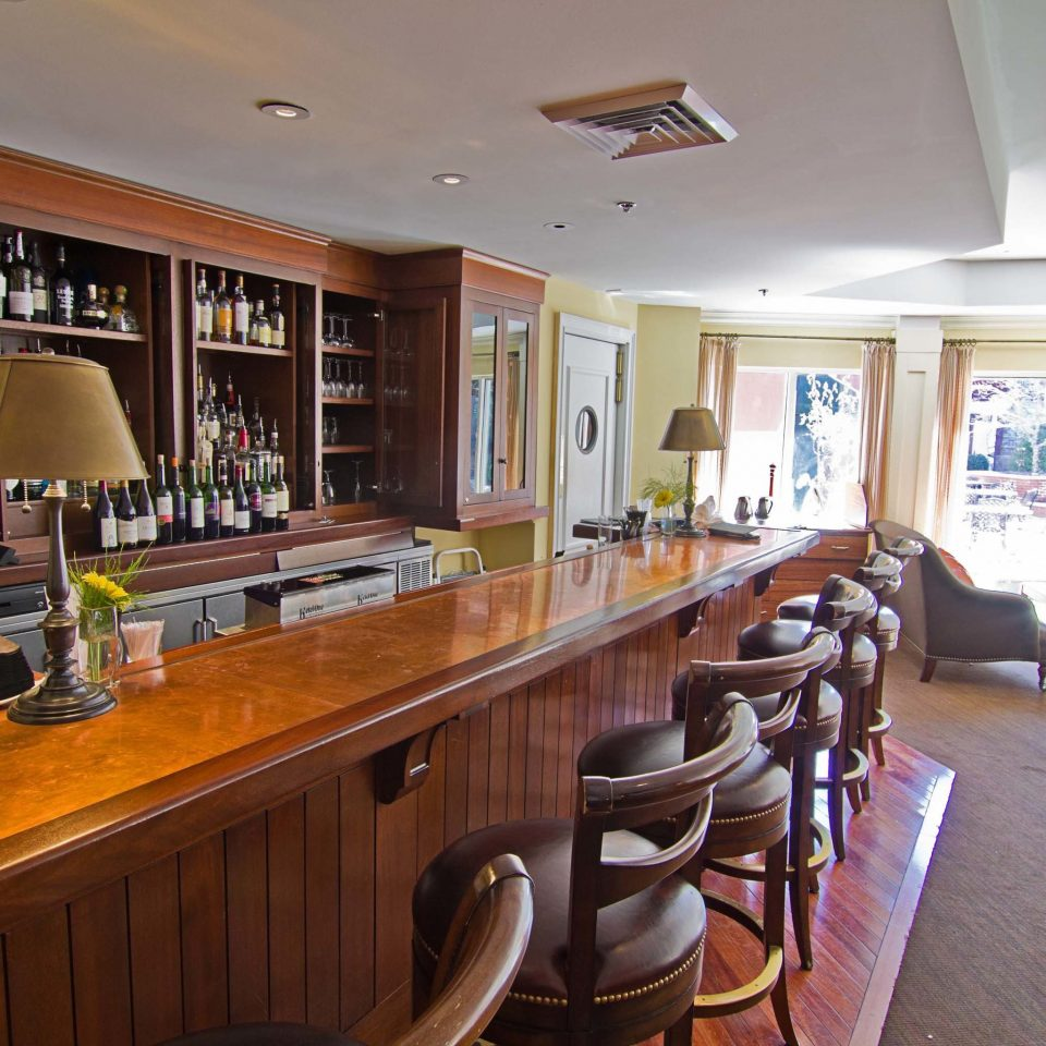 Bar Boutique Classic Drink Historic property chair Kitchen home recreation room hardwood living room condominium cottage basement Island cluttered dining table