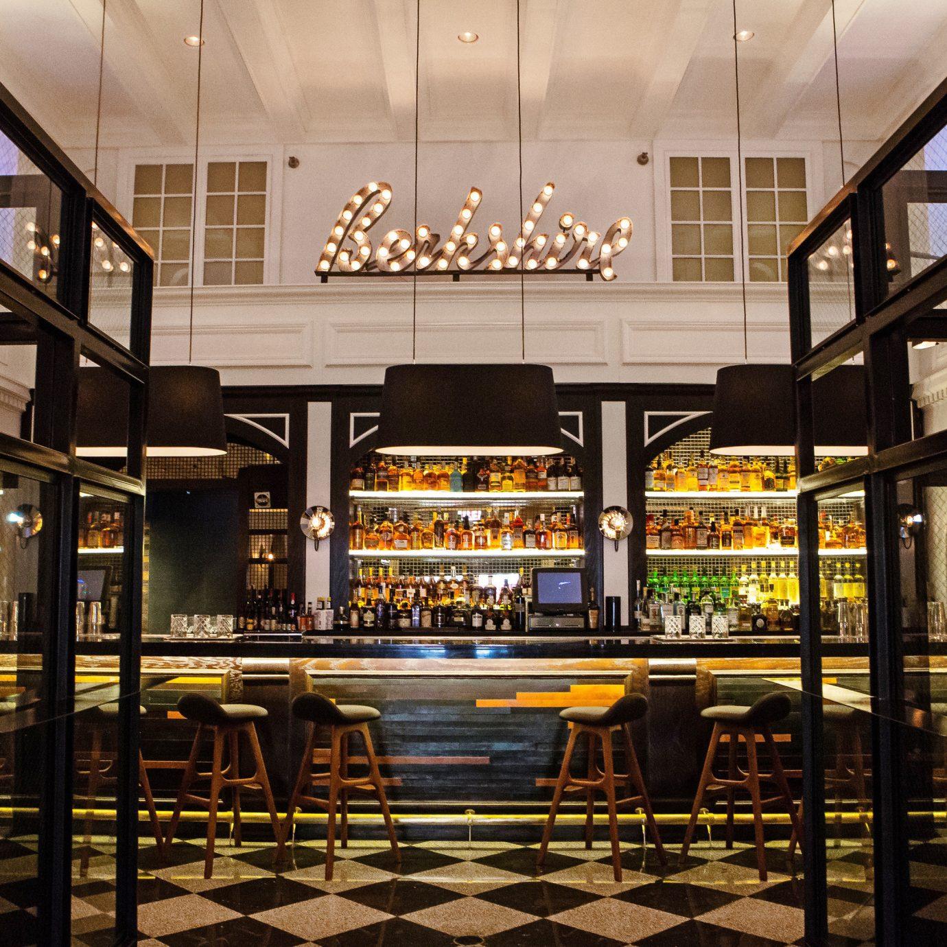 Budget Dining Hip Hotels Luxury Modern restaurant Bar lighting Lobby