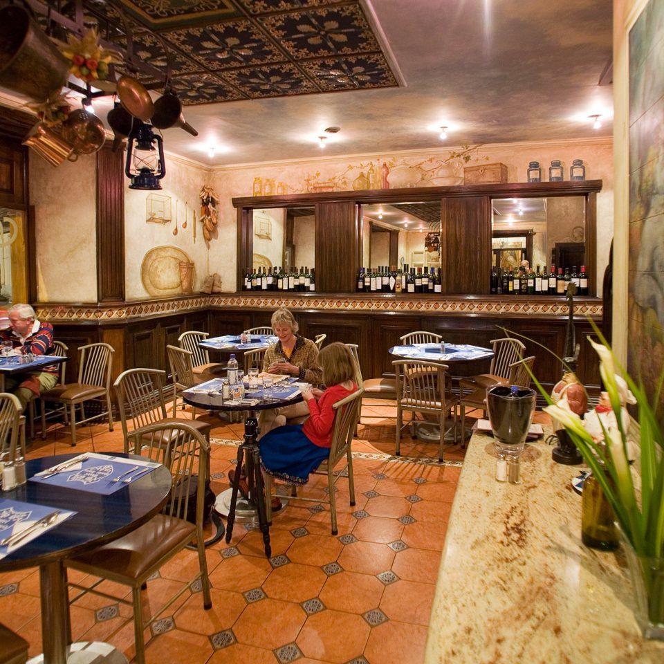 restaurant Bar café cluttered