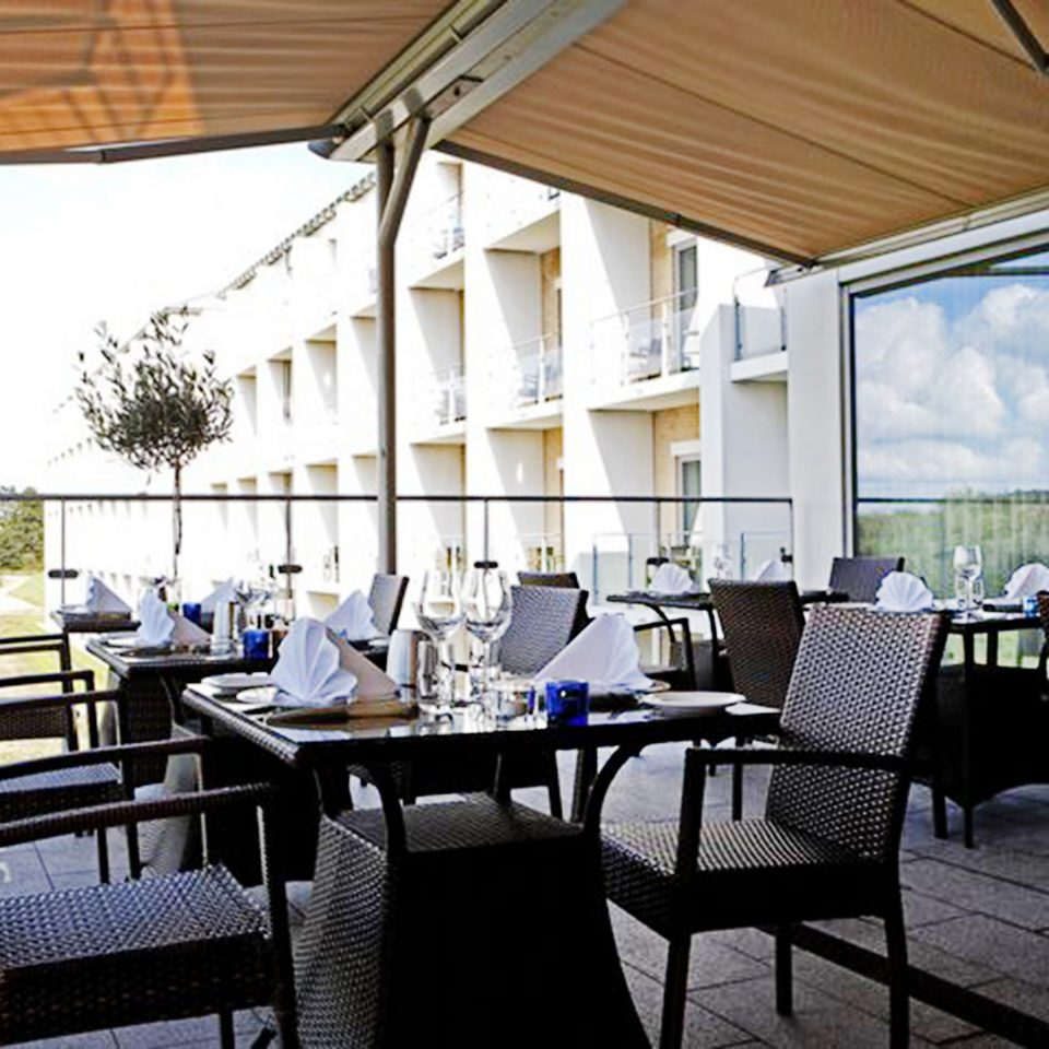 Bar Dining Drink Eat Hip chair property restaurant Resort Villa cottage Deck dining table