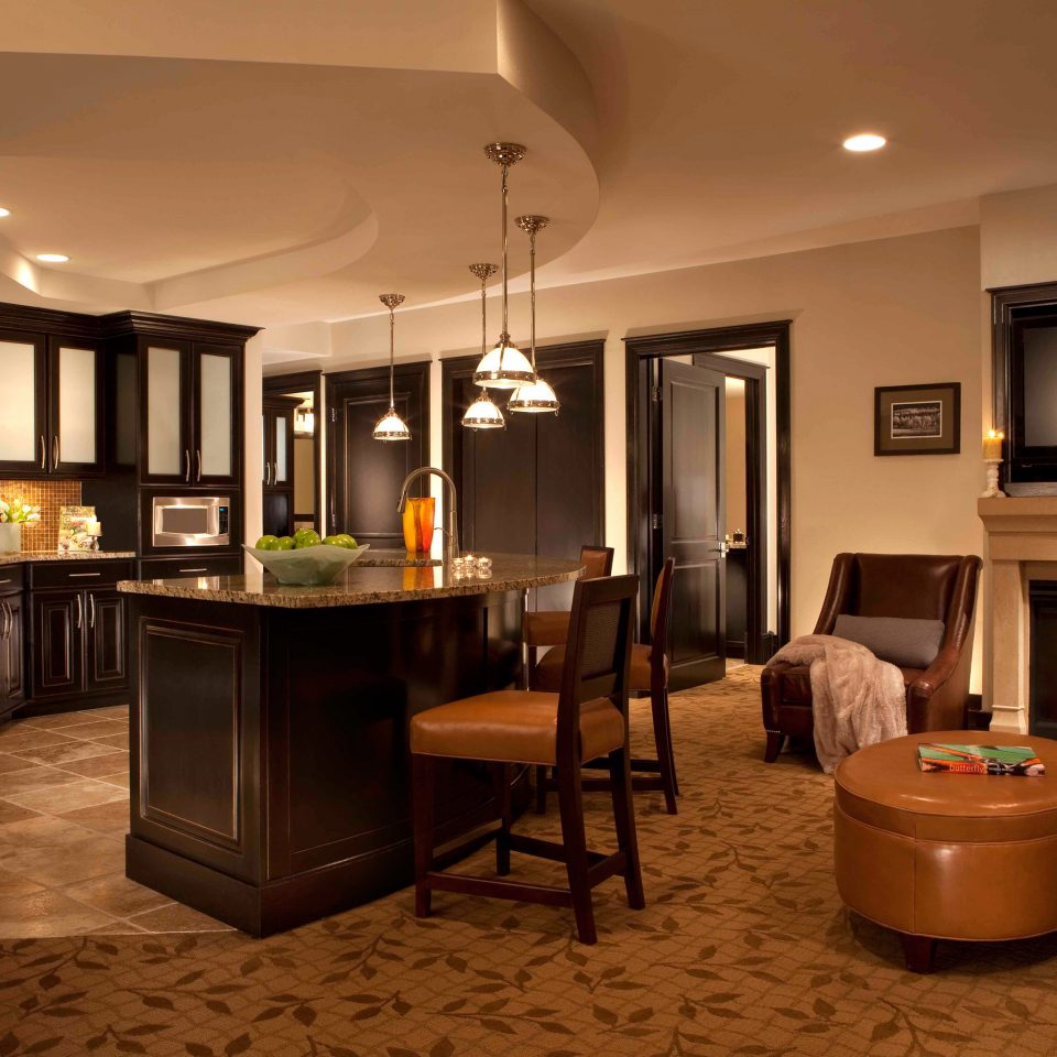 Bar Dining Drink Eat Elegant property home recreation room Suite Lobby living room lighting Kitchen basement