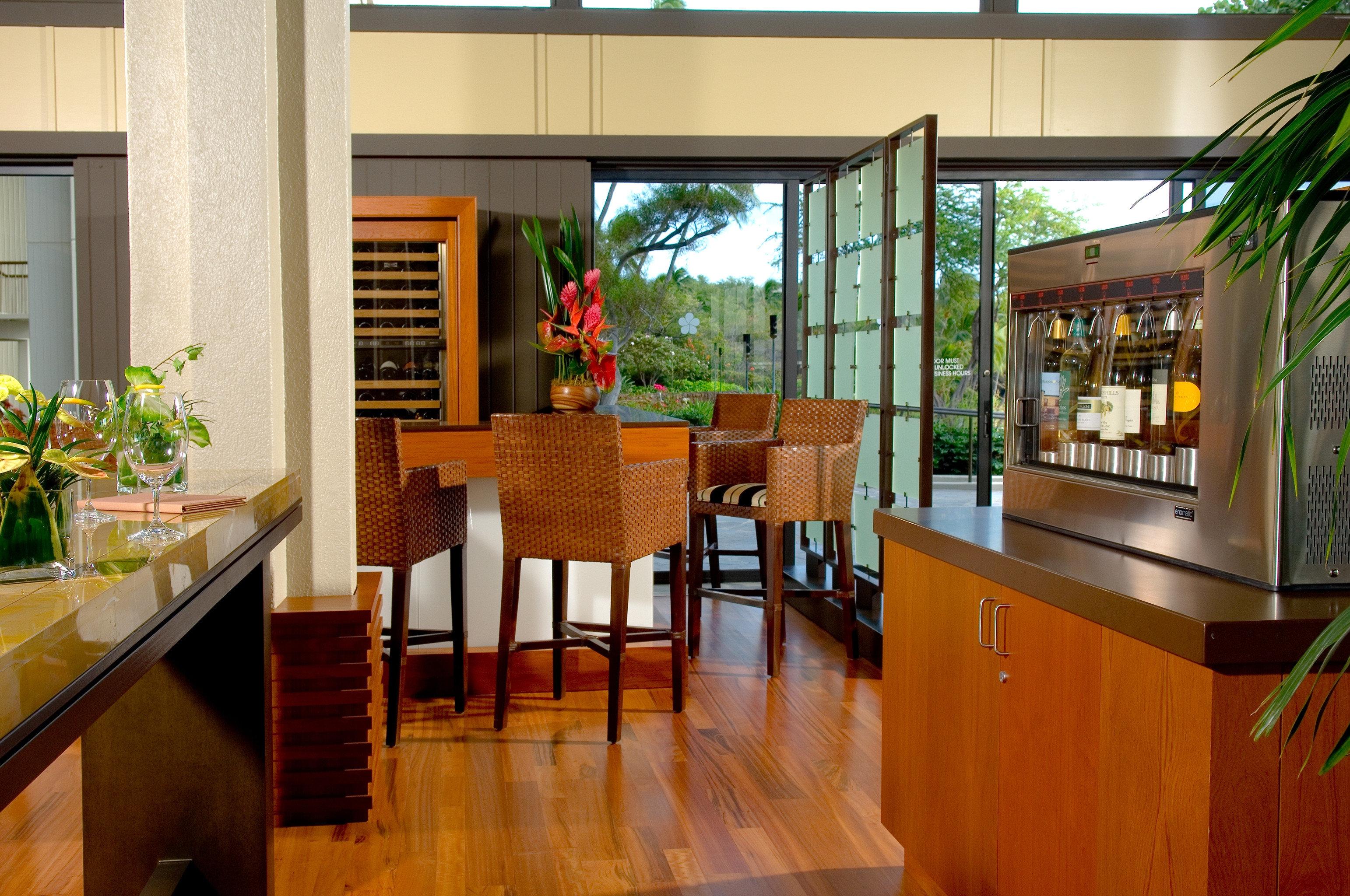 Bar Drink Lounge Resort Scenic views property Lobby home hardwood Dining wooden restaurant condominium living room dining table