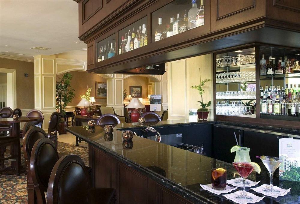 Bar Drink Eat Lounge Kitchen restaurant counter Lobby cluttered Island