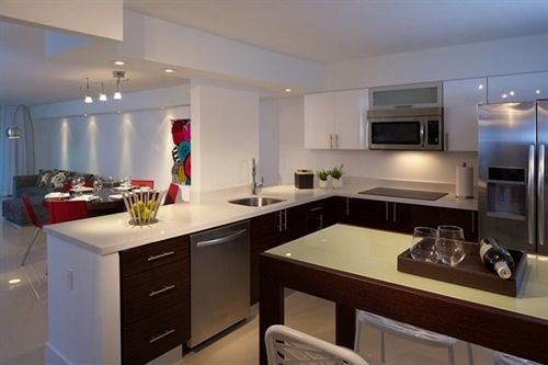 Kitchen property counter appliance home stainless steel cuisine classique cabinetry countertop cottage cuisine Island Bar Modern