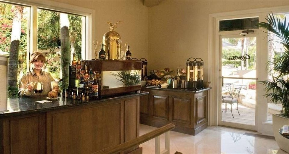 Kitchen property counter home cabinetry cottage mansion Villa Bar Island appliance dining table