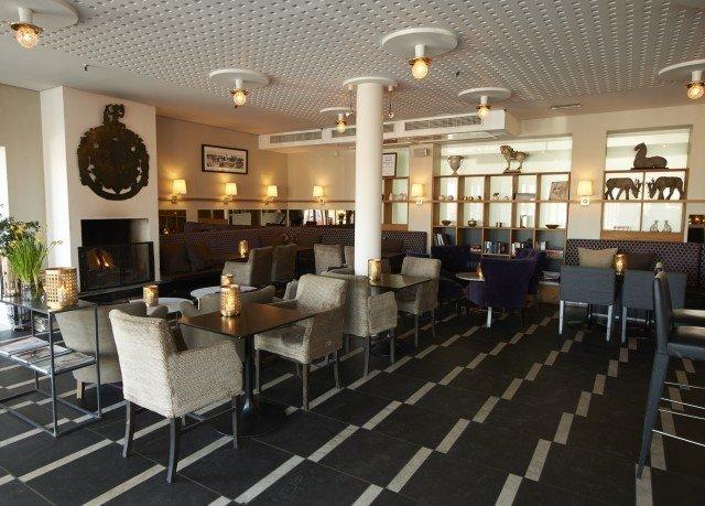 chair property Lobby restaurant function hall condominium cafeteria Bar