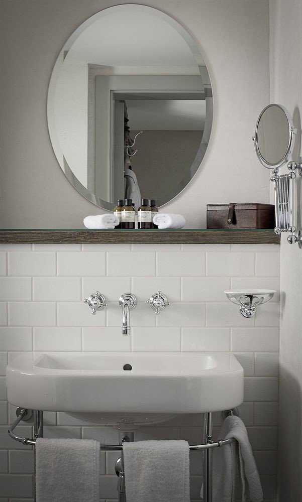 bathroom mirror sink toilet towel plumbing fixture bidet bathroom cabinet automotive exterior rack tile Bath tiled