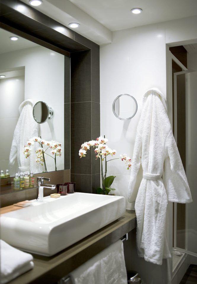 bathroom white mirror towel sink lighting home living room Bath tub bathtub rack clean tile