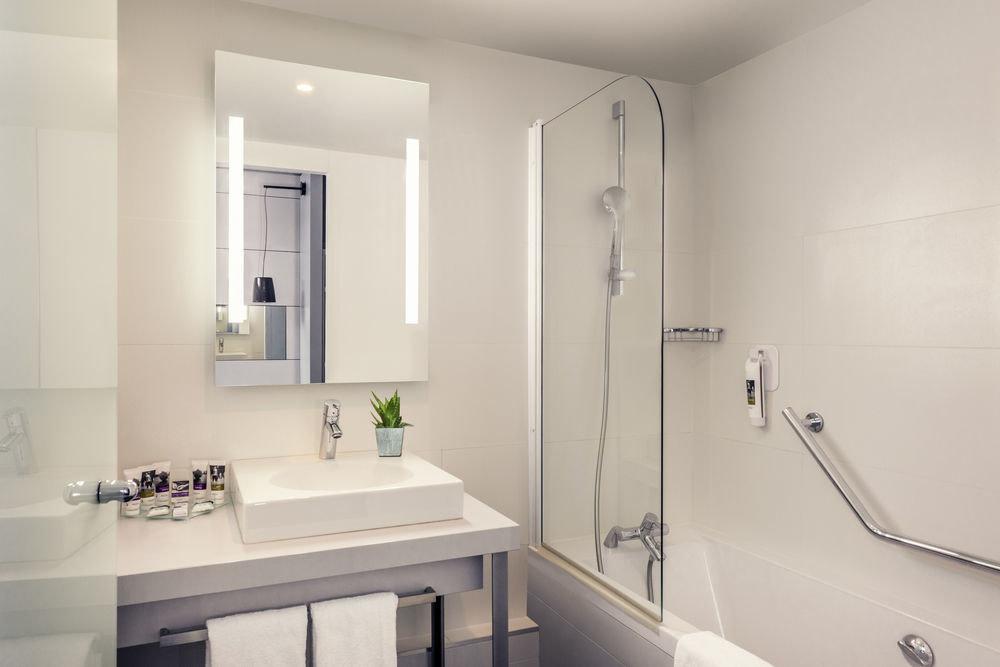 bathroom mirror sink property toilet white plumbing fixture tub bathtub Bath