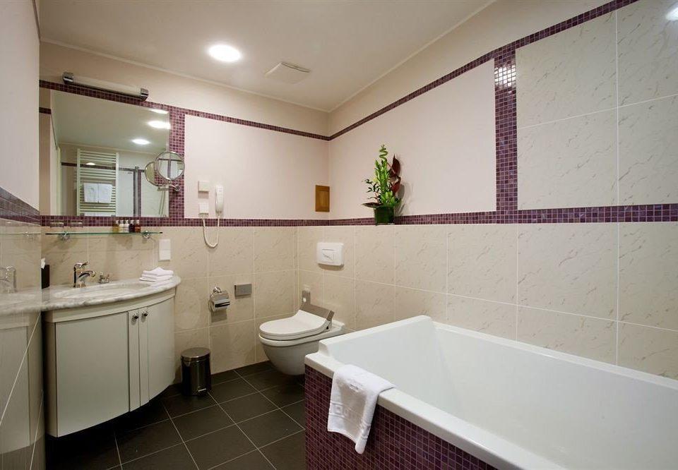 bathroom property sink mirror tub tile tiled bathtub Bath