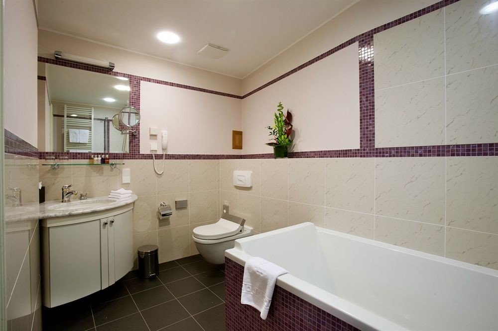 bathroom property sink mirror tub tile tiled bathtub Bath