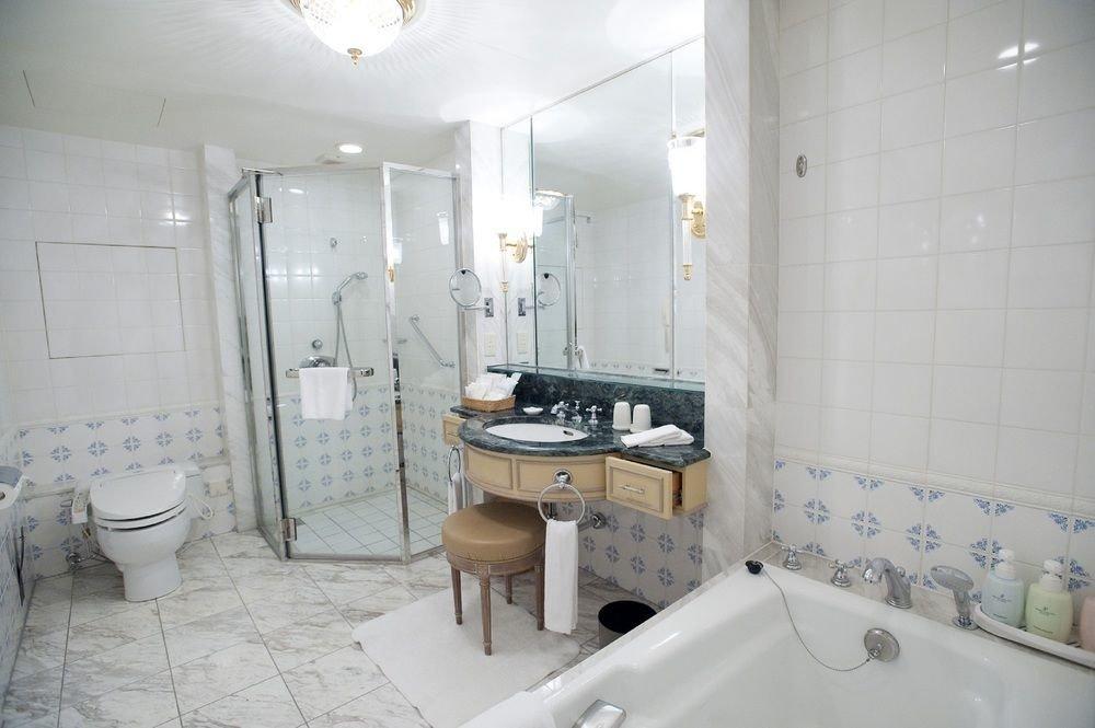 bathroom property toilet home cottage sink tile tiled Bath