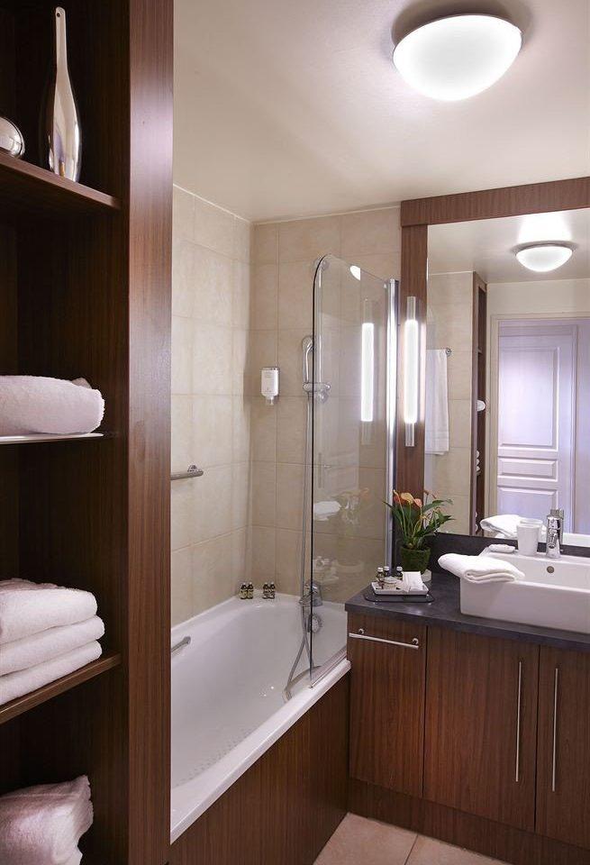 bathroom mirror property sink plumbing fixture tub tile Bath