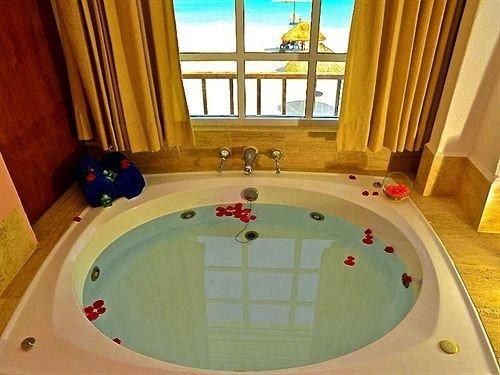swimming pool property jacuzzi toilet bathtub mansion tub Bath