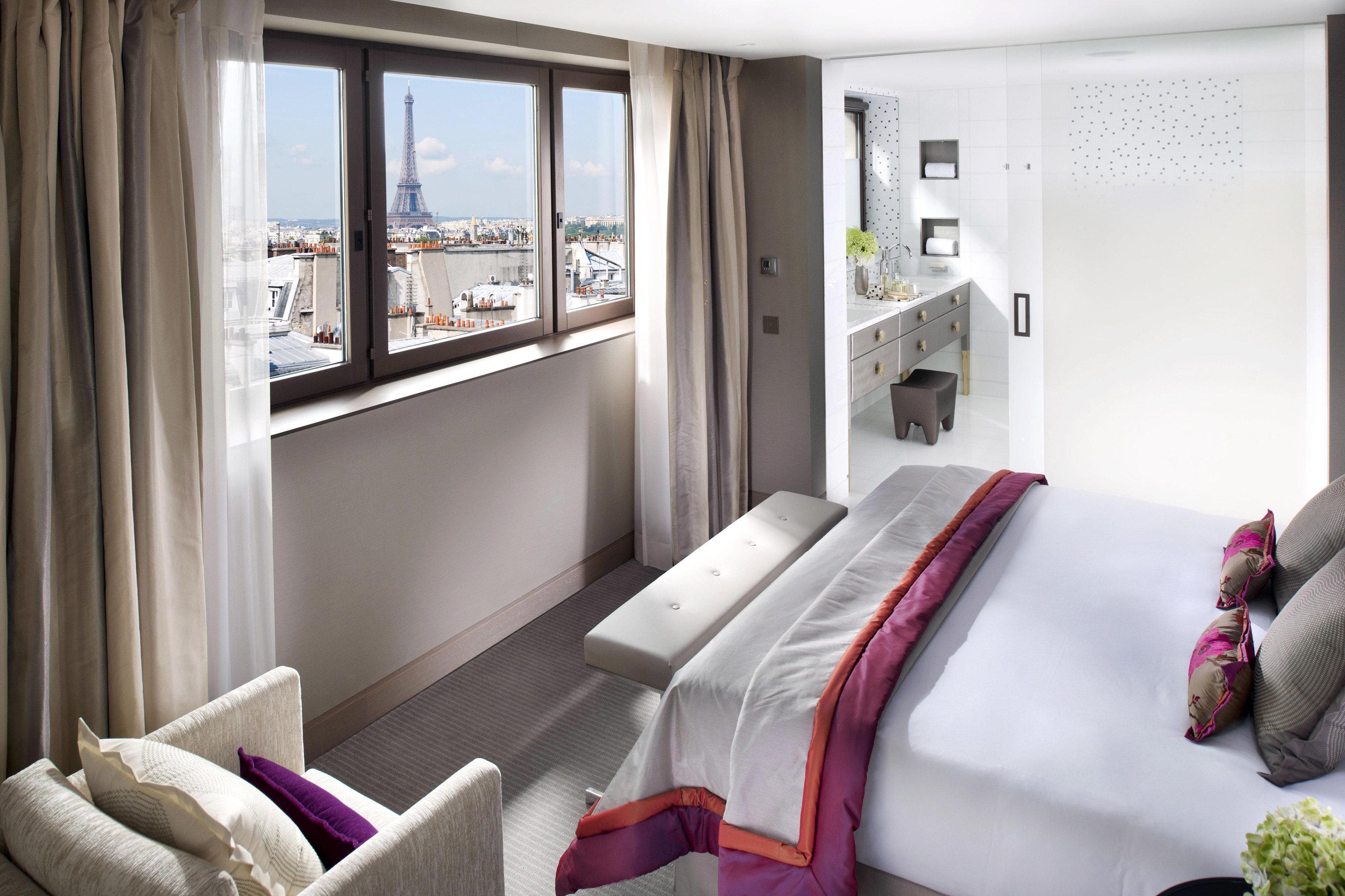 Bath Bedroom City Elegant Landmarks Luxury Modern Scenic views Suite sofa property home house living room cottage condominium
