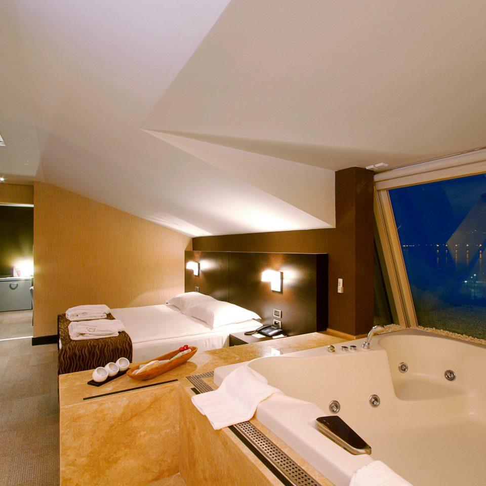 Bedroom Hot tub/Jacuzzi Modern Resort Spa Wellness bathroom property Suite swimming pool sink Villa tub bathtub Bath