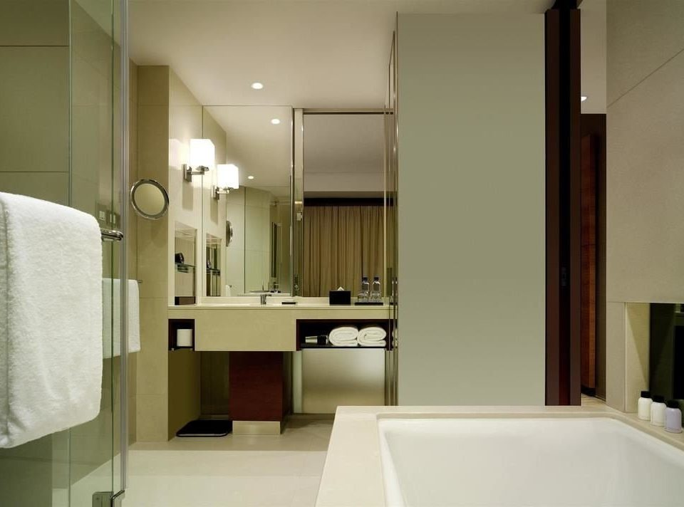 bathroom mirror property sink towel white tub home Suite plumbing fixture Bath bathtub Bedroom clean Modern