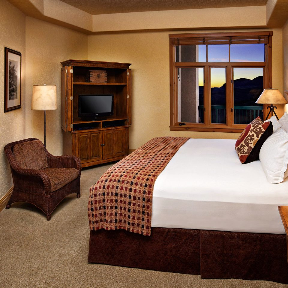 Bath Bedroom Mountains Natural wonders Rustic Scenic views property home Suite cottage living room hardwood Villa