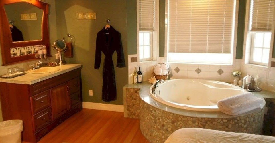 Bath Cabin bathroom property Suite home sink swimming pool cottage jacuzzi tub
