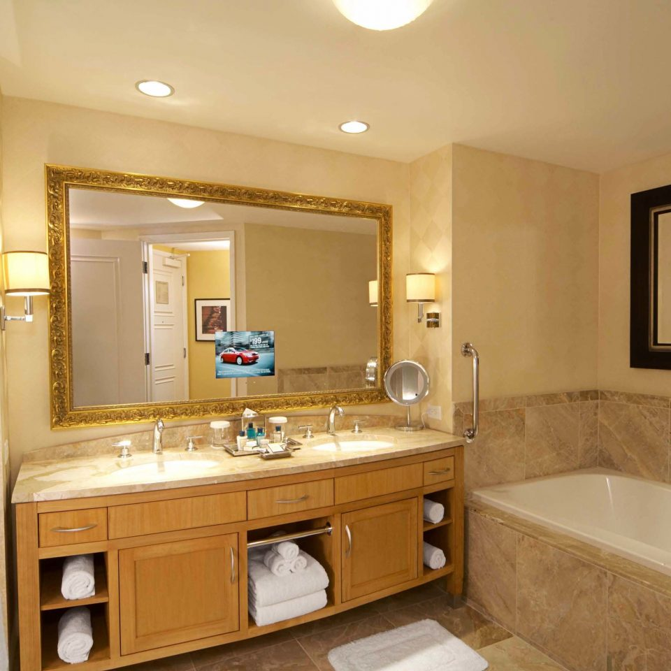 Bath Casino Modern Resort bathroom mirror sink property home cuisine classique hardwood cabinetry cottage Suite vanity tub bathtub clean tile tan