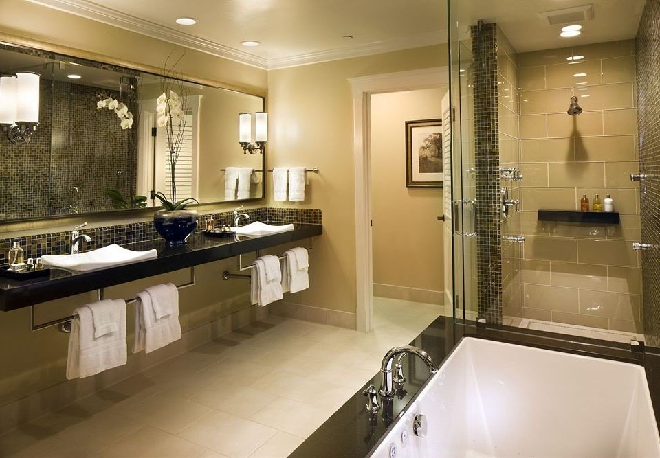 Bath Classic Country bathroom mirror toilet property sink home long Kitchen Suite countertop clean tile tub bathtub