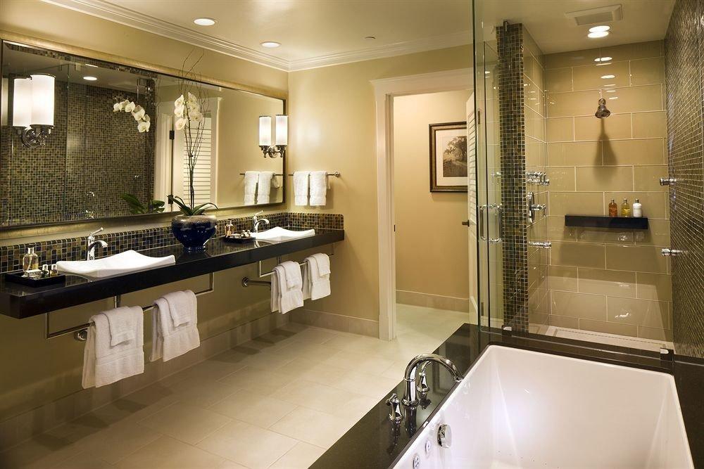 Bath Classic Country bathroom mirror toilet property sink home long Kitchen Suite countertop clean tile tub bathtub