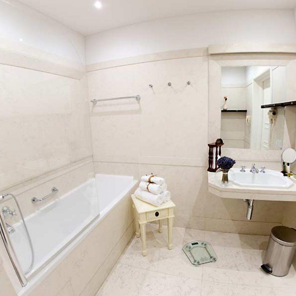 Bath Classic Historic Luxury bathroom property sink home toilet cottage Suite plumbing fixture bidet public toilet flooring tub bathtub