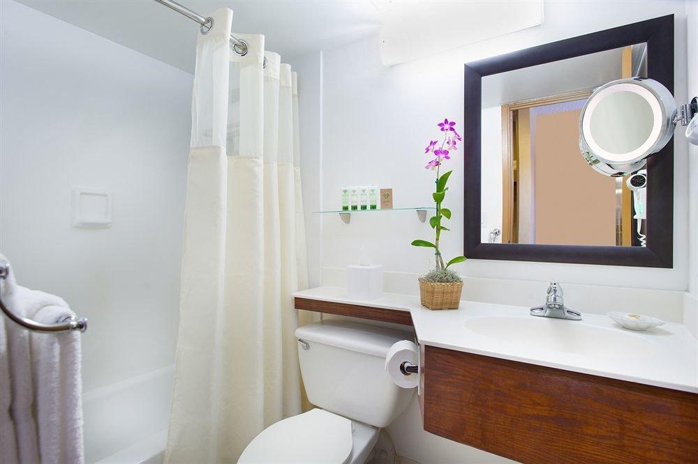 Bath Classic Resort bathroom property toilet home sink Suite tub bathtub tan