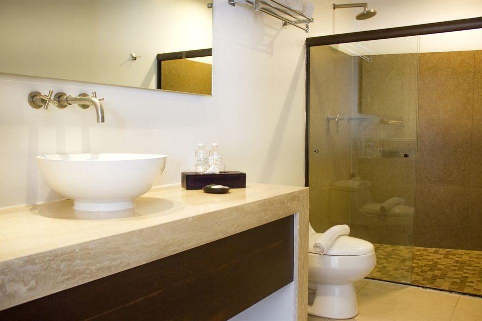 Bath Classic bathroom mirror sink property Suite plumbing fixture bathtub bidet tan